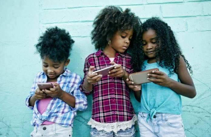 enfants afro avec leurs téléphones