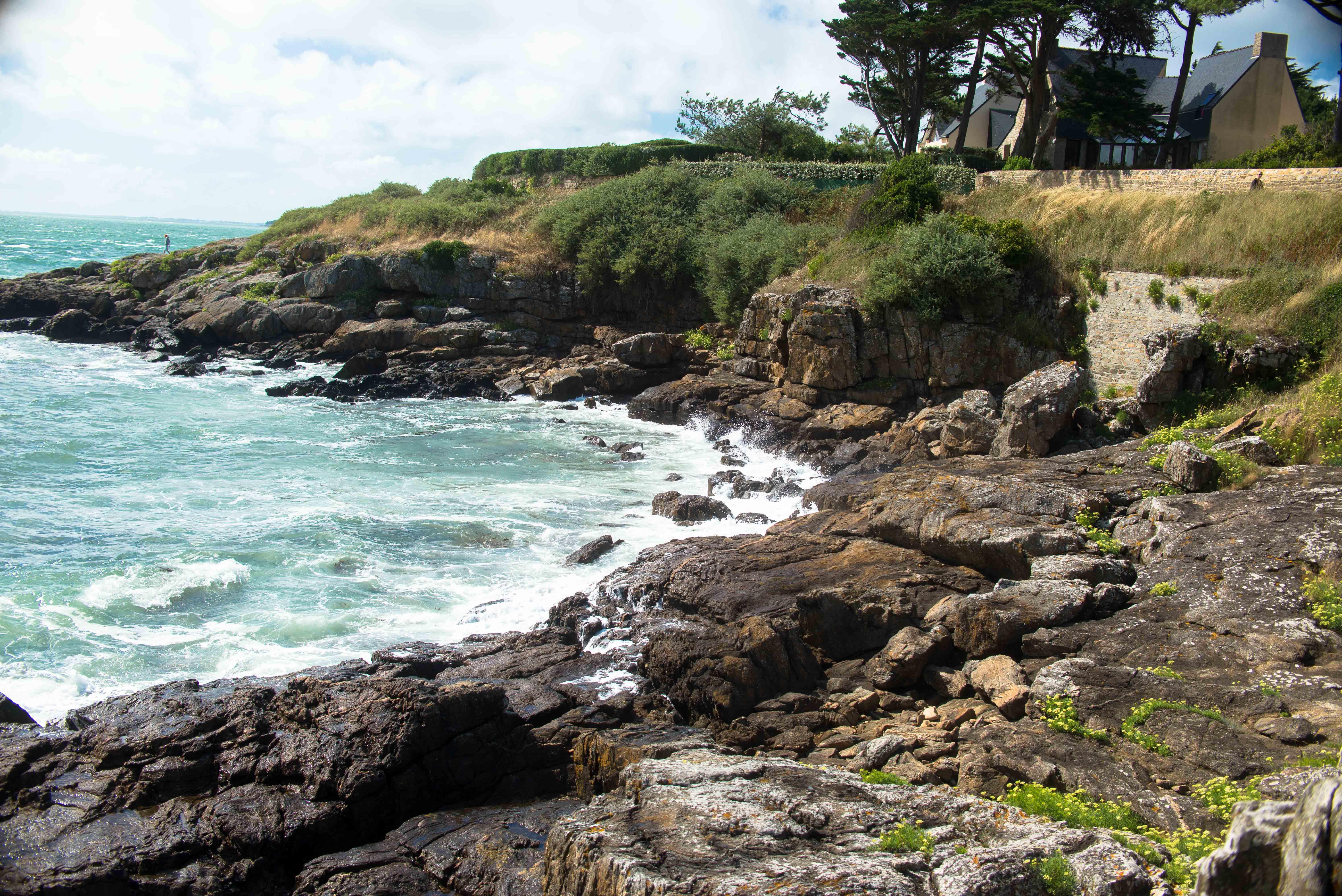 Détail de la côte et des vagues dans le Morbihan