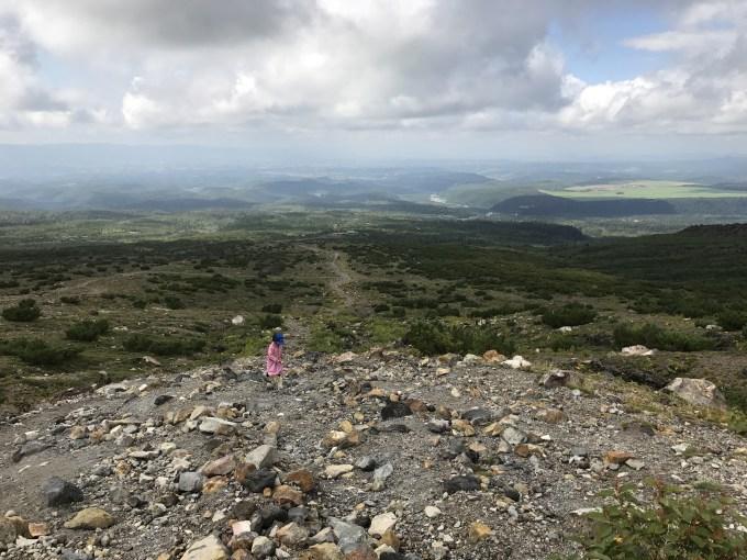 十勝岳を登る6歳の娘