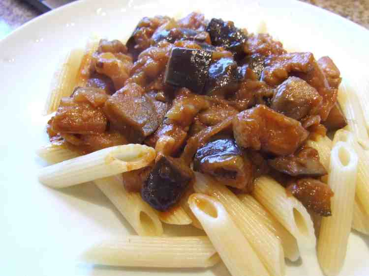 Onion and aubergine stew with pasta