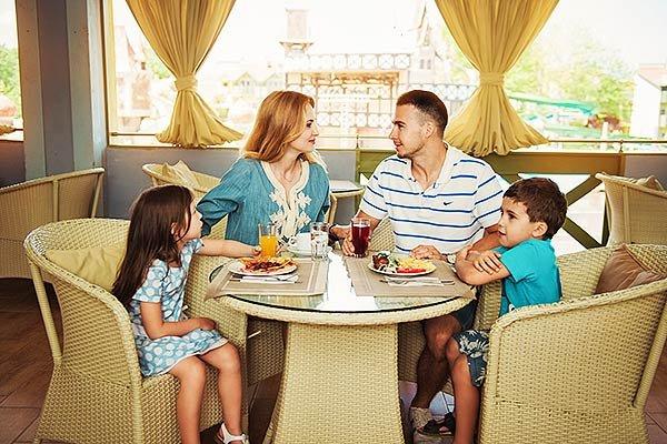 Отель Довиль, семья за столом