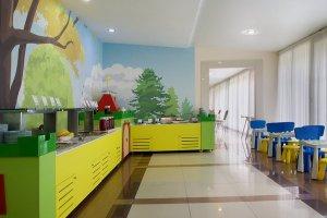 Яркие цвета, спокойные рисунки на стенах - всё способствует хорошему аппетиту и пищеварению