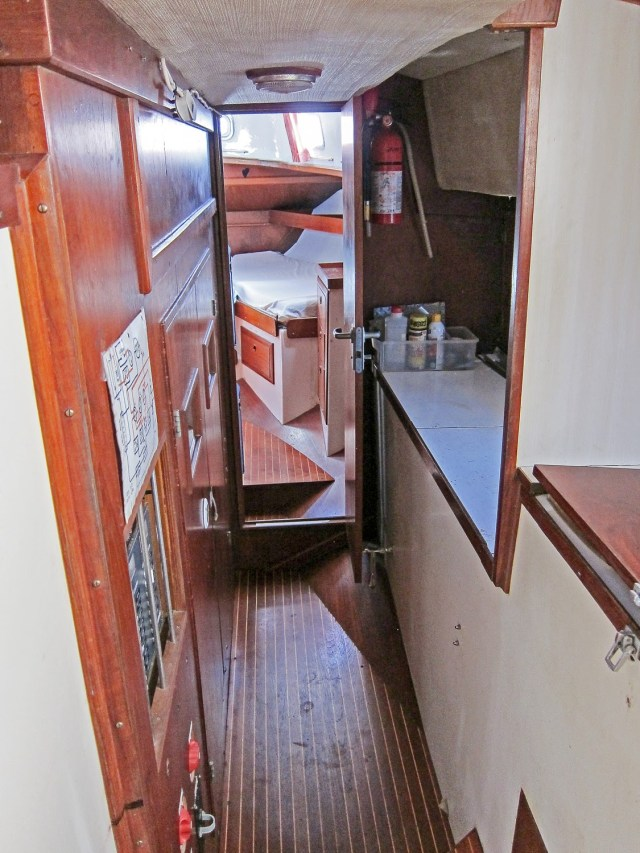 workbench-and-walkthru-to-aft-cabin_2040