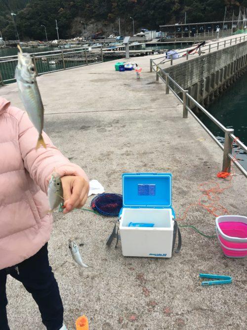 阿納漁港:うちの娘も釣れました。