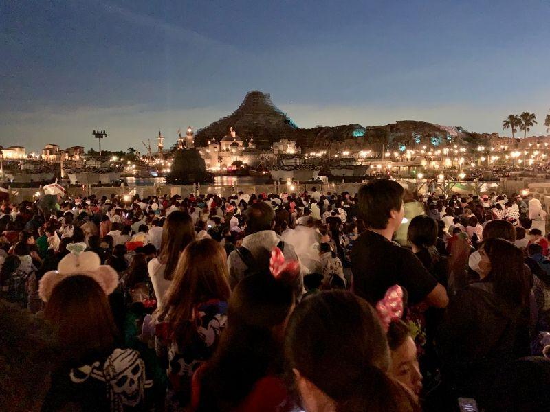 Toyko-DisneySea-Light-Show-Crowds-tokyo-disneyland-tips