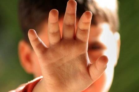 طفل يشير بالتوقف