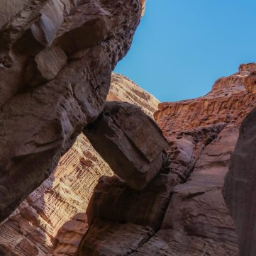 """the """"hanging rock""""at the entrance of the wadi"""
