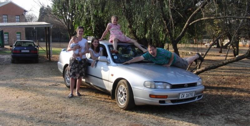 Die kleine Chrissi im großen Auto