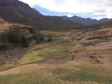 Im trockenen Flussbett wird nun selbst das Grass trocken und braun.