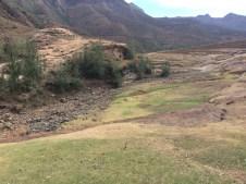 Der Fluss, der hier eigentlich vorbeifließen sollte, ist total trocken.