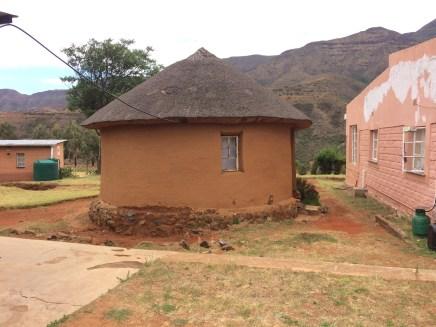 Die Rundhütte - die traditionelle Behausung im südlichen Afrika. Doch leider geht das Wissen wie man die regendichten Strohdächer herstellt und instand hält mehr und mehr verloren. Die jungen Leute wollen diese schwierige und anstrengende Arbeit nicht mehr machen.