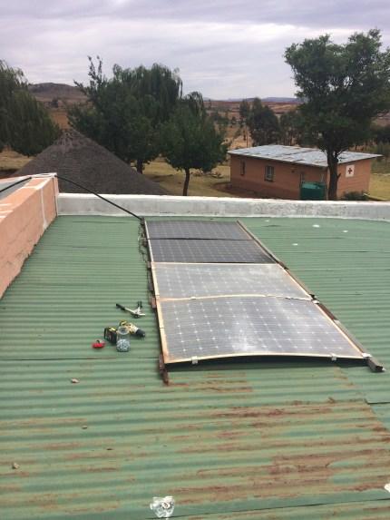 Die vier Solar Panel, die ein wenig Strom fuer LED Lichter und zum Handy aufladen produzieren. Die zwei vorderen Panel sind leider bei einem heftigen Wintersturm beschädigt worden. Liefern aber immer noch ein bisschen Strom.