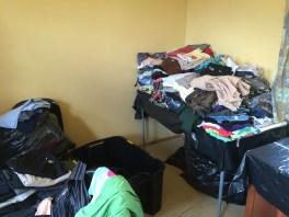 Alle gespendeten Kleider mussten sortiert werden. Nach Geschlecht, Groessen, Sommer/Winter, etc...