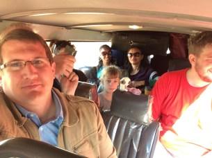 4 Stunden Rückfahrt zum Flughafen mit viele Menschen im Kleinbus.