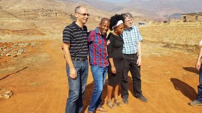 Hntate Skelemani mit seiner Frau und deutschem Besuch.