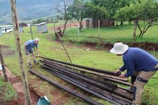 Das Holz für die Dachsparren wird sortiert.