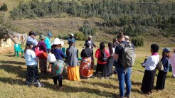 Das Team wird beim Dorf Chief vorgestellt.