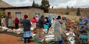 Essensausgabe in einem Dorf.