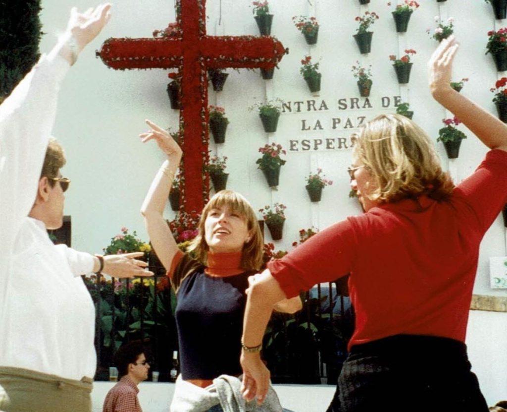 Bailando durante las Fiestas de las Cruces de Mayo en Córdoba