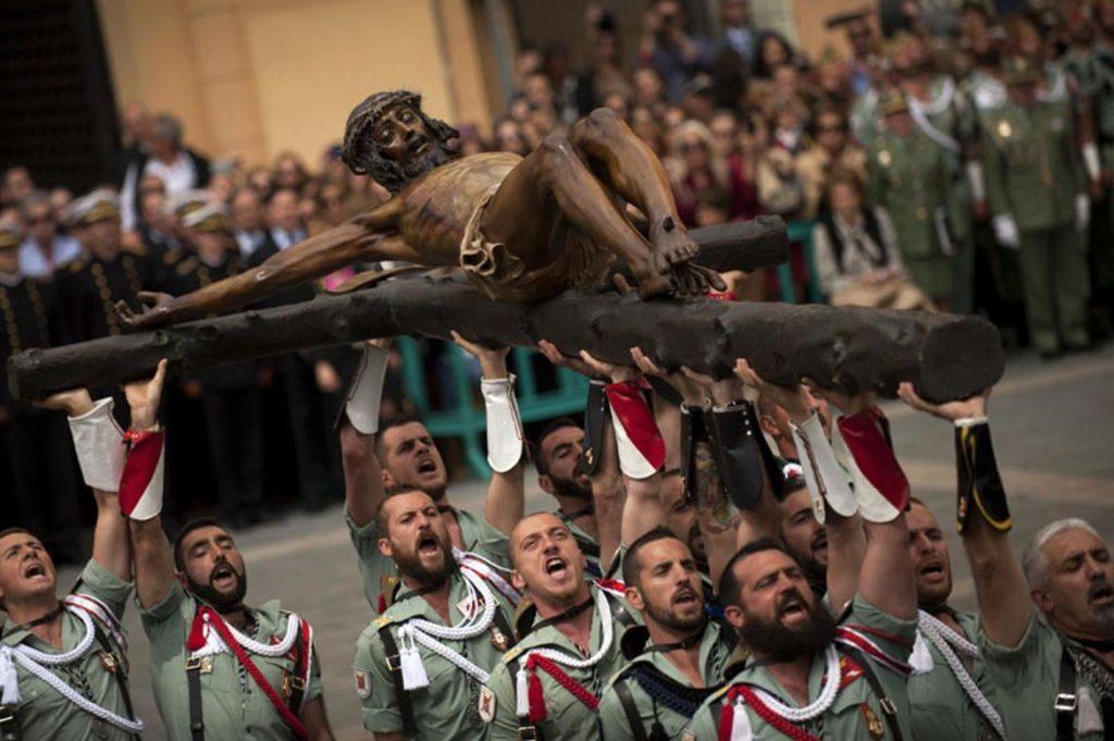 Legionarios llevando al Cristo de Mena en la Semana Santa de Málaga