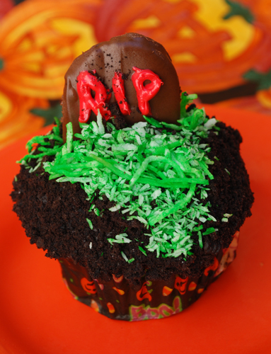 Halloween Cupcake Decorating: Tombstone in Cemetery