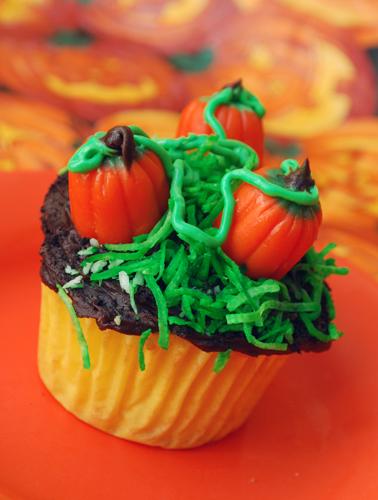 Halloween Cupcake Decorating: Pumpkin Patch