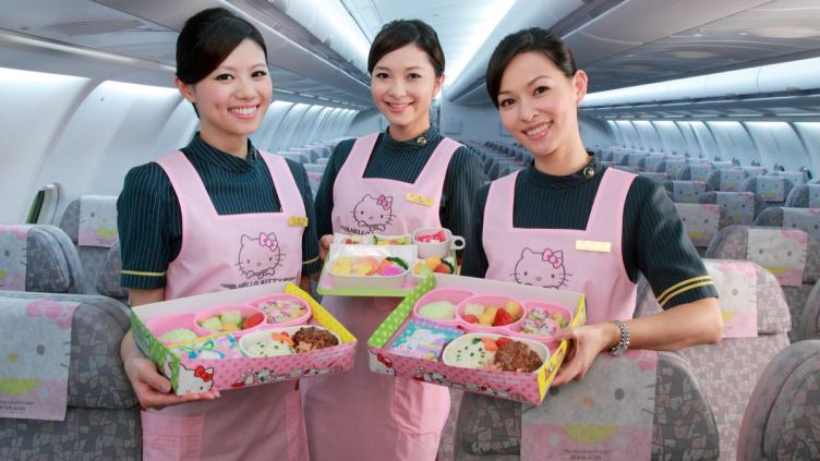 personale di bordo EVA Air presenta pasti a tematica Hello Kitty