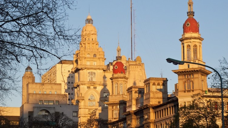 scorcio della Avenida de Mayo vista da Plaza de Congreso: edifici Inmobiliaria e Barolo
