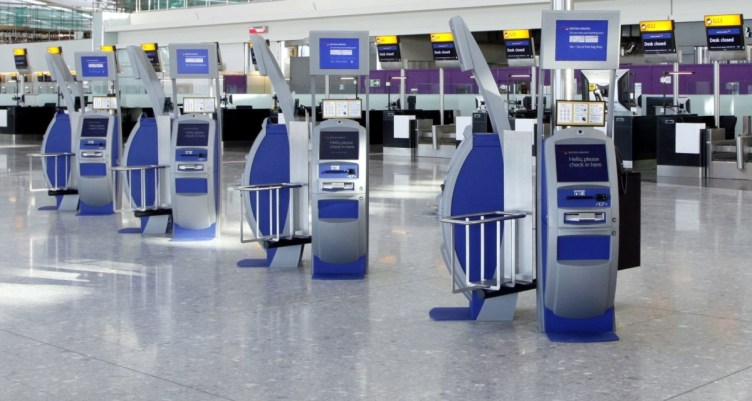 chioschi British Airways di self check-in al Terminal 5 di Londra LHR