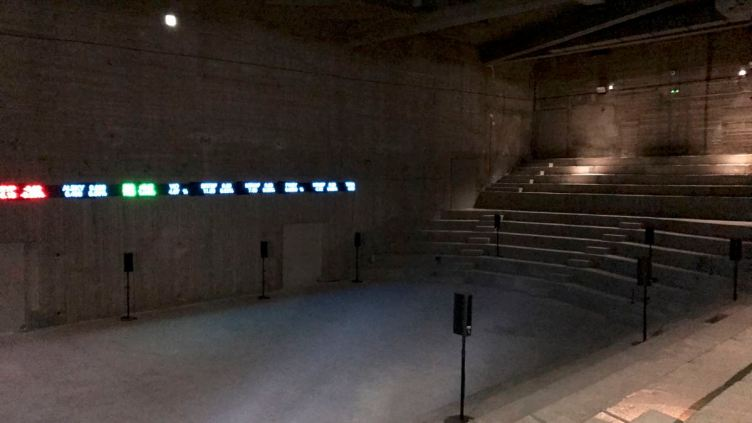 l'installazione The Way Earthly Things Are Going di Emeka Ogboh al Athens Conservatoire (Odeion)