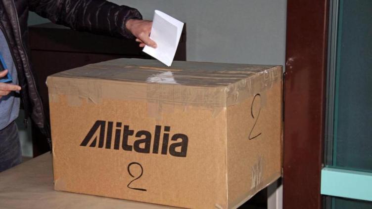 scatole di cartone e scotch da pacchi per il referendum Alitalia