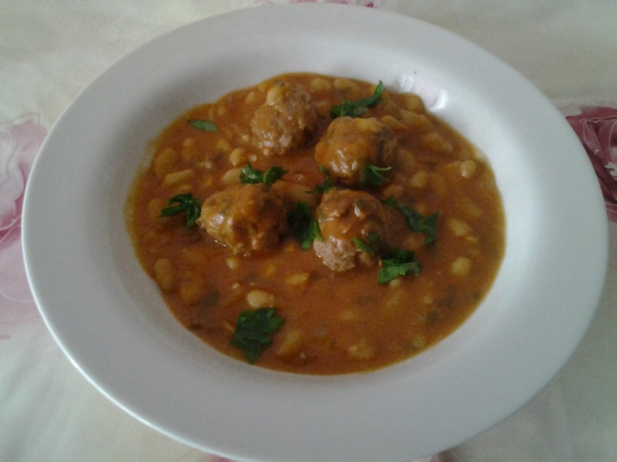 Haricots blancs en sauce et boulettes de viande (loubia)