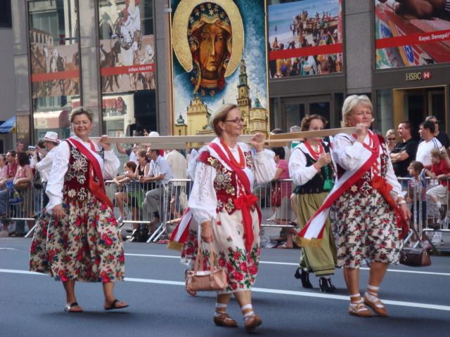 20071007-pulaski-parade-48-traditional-dress.jpg