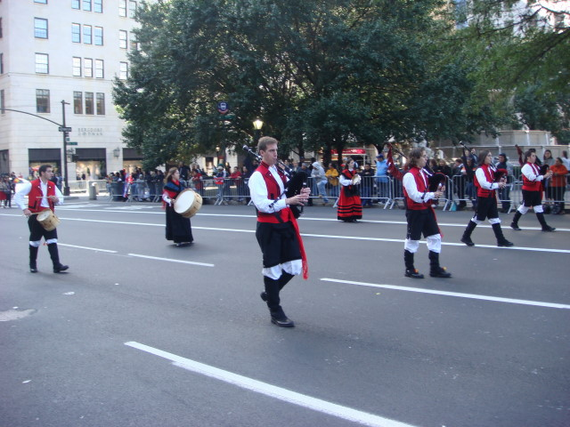 20071014-hispanic-columbus-day-09-bagpipers-without-kilts.jpg