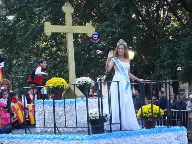 20071014-hispanic-columbus-day-10-beauty-queen-elizabeth-vila.jpg