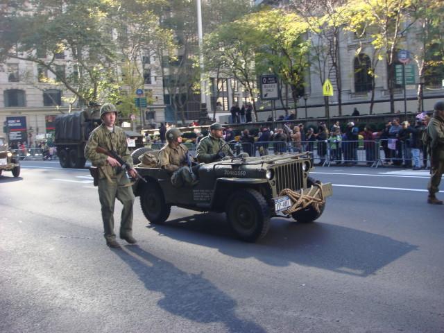 20071111-veterans-day-parade-50-re-enactors.jpg