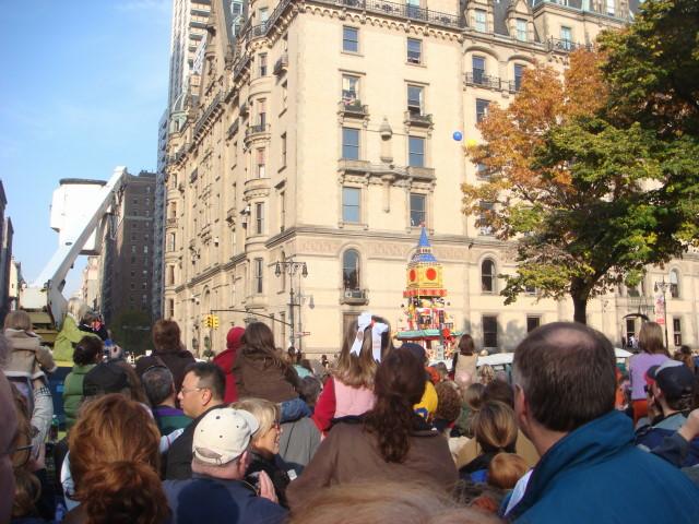 20071122-macys-thanksgiving-parade-13-bear-float.jpg