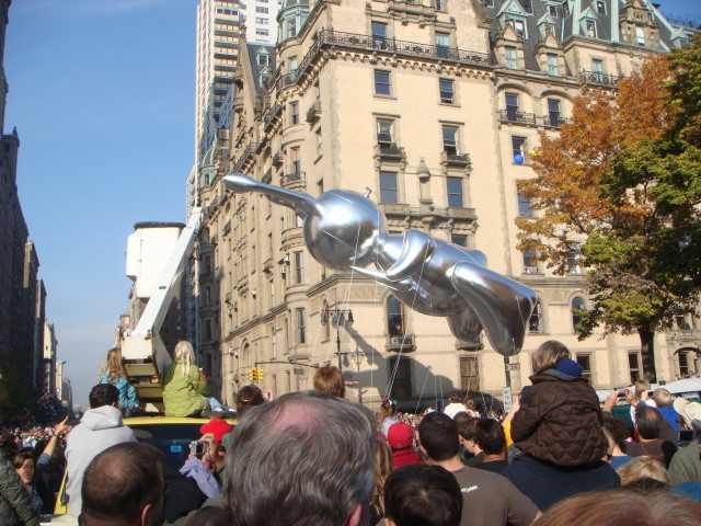 20071122-macys-thanksgiving-parade-26-jeff-koons-gigantic-shiny-rabbit.jpg