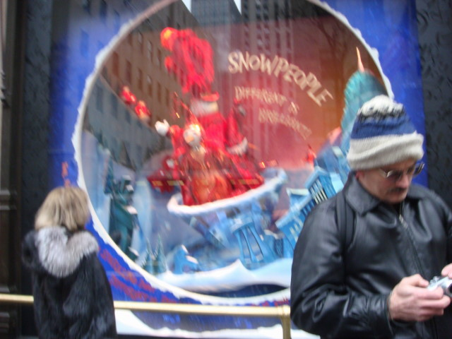 20071202-saks-christmas-display-03-window.jpg