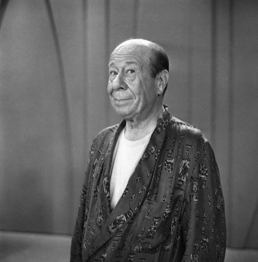 Bert Lahr in a bathrobe