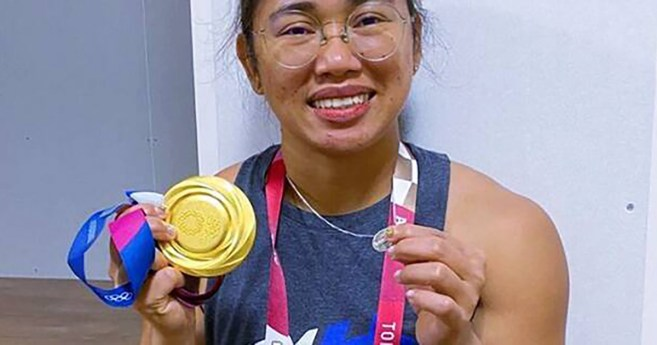 Hidilyn Díaz Breaks Weightlifting World Record and Shows Two Medals: Gold and Miraculous Medals