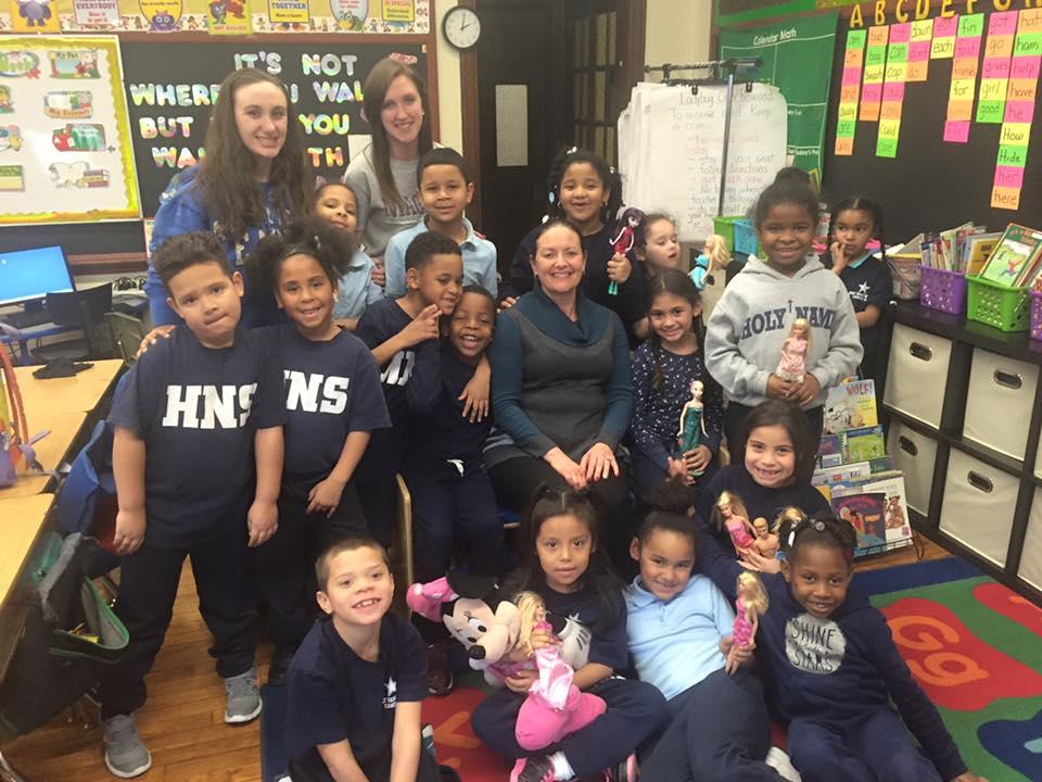 Jessica Tobin y Jacey Diez, con los alumnos de una clase