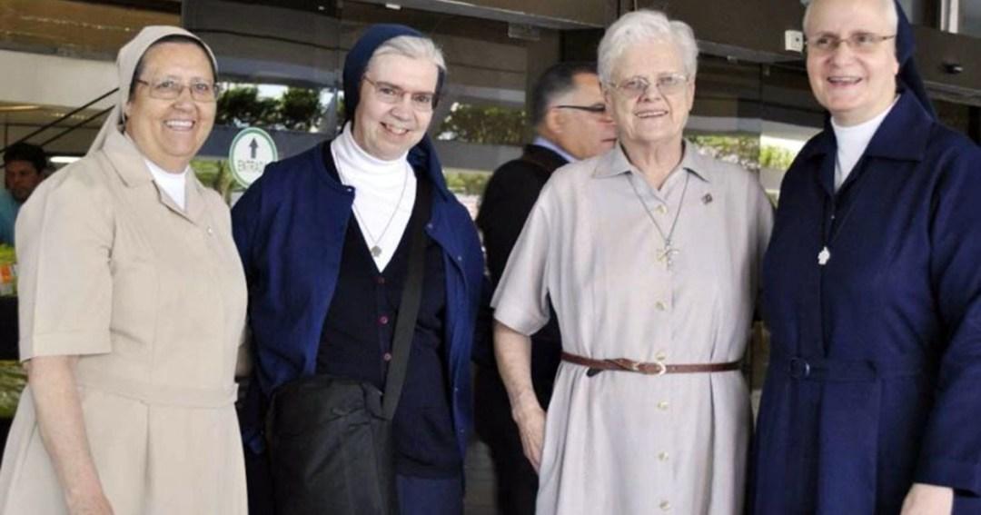 La superiora general, Kethleen Appler y la Hna. Ileana Suárez (con hábitos azules) están en Paraguay. / Foto ABC Color