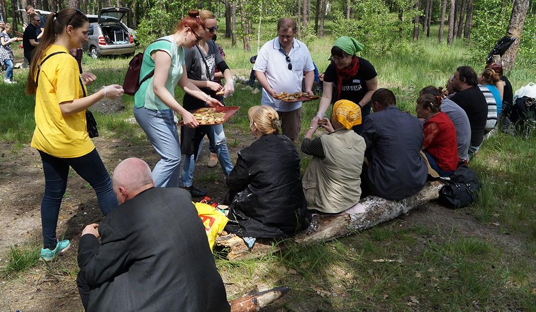 Picnic con las personas sin hogar en Ucrania