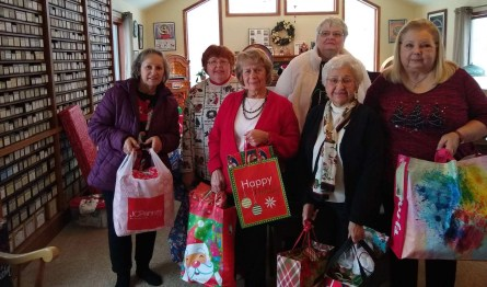 Miembros de las Damas de la Caridad de Santa María con algunos de los regalos que trajeron