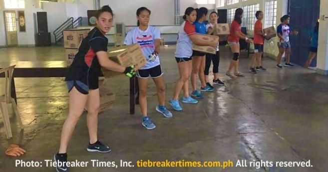 El equipo de softball de la Universidad Adamson (Filipinas) ayuda a las familias afectadas por la cuarentena