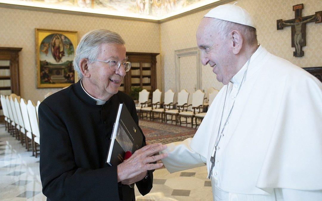 Le Pape François salue le Père Landousies