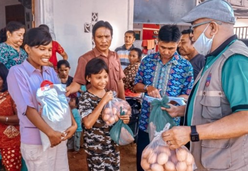 Fratelli che forniscono cibo ad Aek Tolang, Indonesia