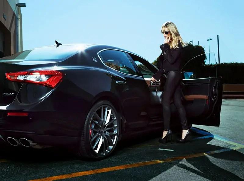 """""""Beyond the Swimsuit"""" heißt die siebenseitige Fotostrecke, die Top-Model Heidi Klum in verschiedenen Maserati Automobilen zeigt."""