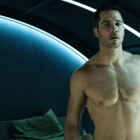 "Aaron Ashmore as John Jaqobis and Luke Macfarlane as D'avin Jaqobis shirtless in Killjoys 1x01 ""Bangarang"""